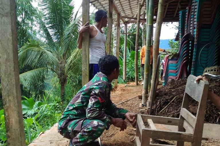 Material Longsor Merusak Dua Rumah Milik Warga