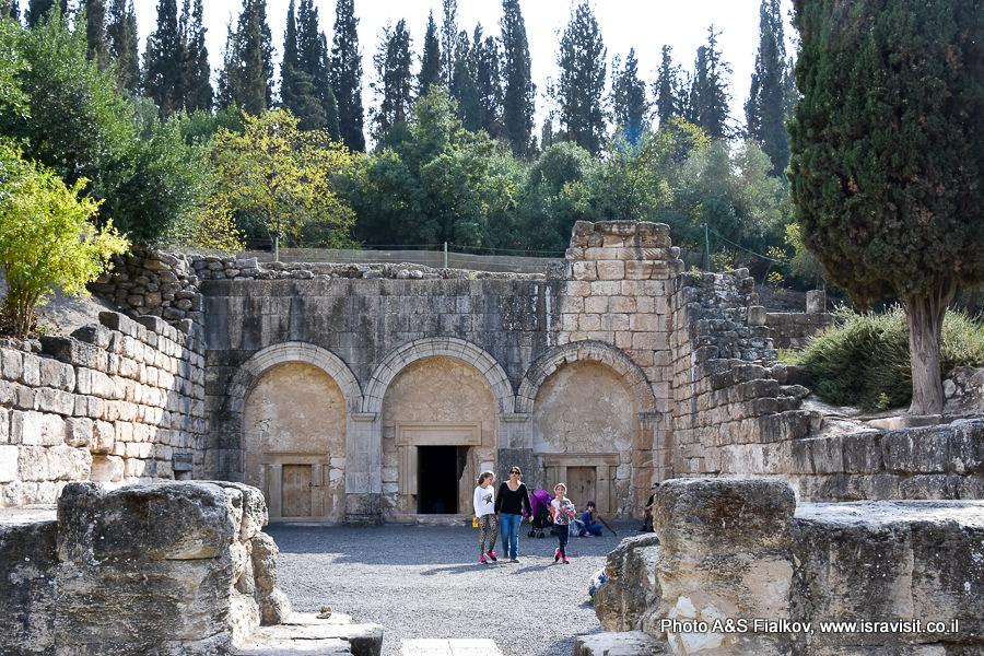 Вход в пещеру саркофагов. Национальный парк Бейт Шеарим. Экскурсия гида по Израилю Светланы Фиалковой.
