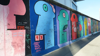 "Photo: East Side Gallery; Thierry Noir ""Hommage an die Junge Generation"""