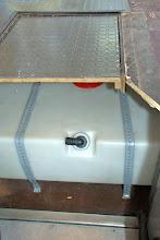 Photo: ..und der Frischwassertank sitzt da auch irgendwie unglücklich.