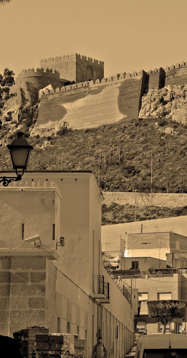 Alcazaba y cuartel de la Misericordia presiden la escena urbana de la Almedina.