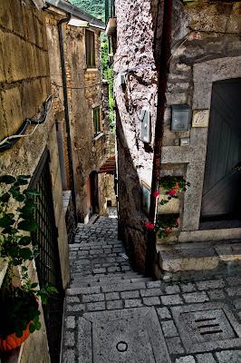 nessuno va su e giù per le scale... di Francesco Di Maio