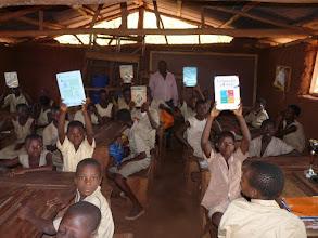 Photo: retour à l'école où les livres sont déjà distribués