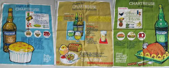Photo: Aux fourneaux ! Des recettes et des conseils de dégustation déclinés sur trois serviettes promotionnelles des années 1960...
