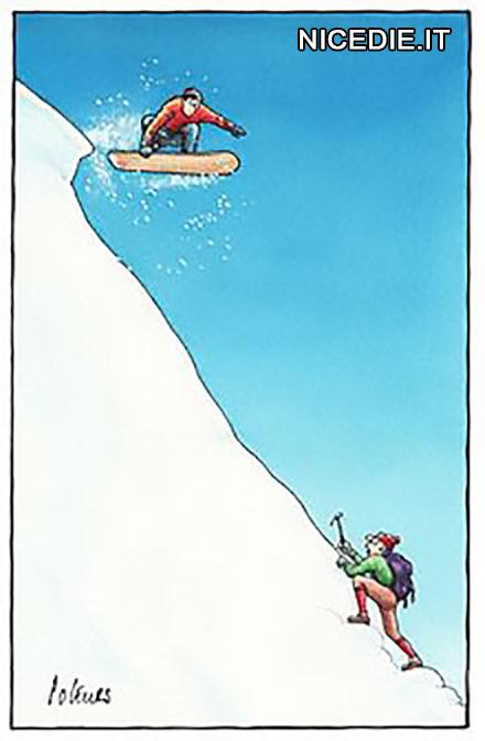una montagna innevata ripida a valle uno scalatore che sale, a monte uno snowborders che si butta in discesa