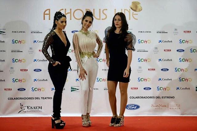 India Martínez, vestida por Sergi Regal, entre sus hermanas Laura y Deseada.