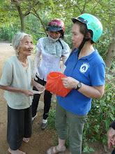 Photo: Phát tiền cho người nghèo ơ Ba Tri/Bến Tre
