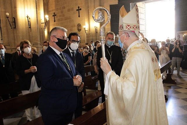El obispo saludando a los presidentes de la Gestora y la Agrupación y al consiliario de las Hermandades.