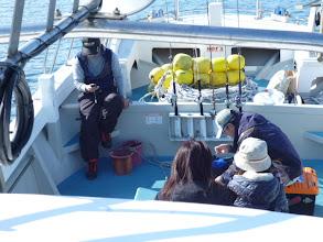 "Photo: 近海半日ジギング 午後の部スタートです! ""コモリさん""の会社仲間の女性お二人もご乗船です! ・・・うれぴー!"