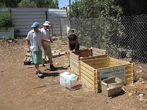 Photo: שבוע אחרי חנוכת הגינה - יום העבודה הראשון בגינה: בנינו קומפוסטר ראשון ממשטחים