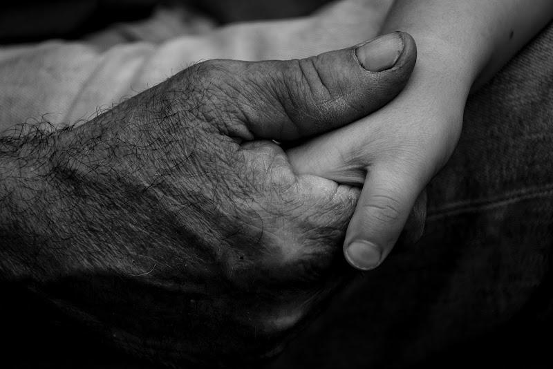 Tienimi la mano nonno di gianluca_simotti