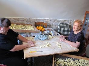 Photo: It.s1P24-141011'mamma' fabriquant pâtes artisanales dans maison, centre historique de Bari  IMG_6193