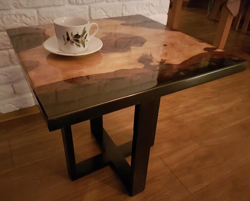 Stół pokryty żywicą epoksydową