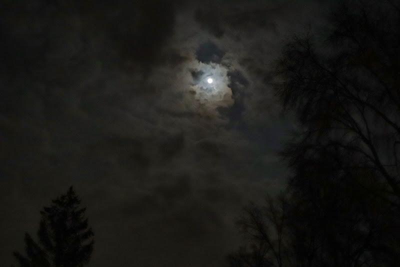 La Luna tra le nuvole di Vale98