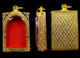 มาอีกแล้วค่ะนำมาเปิดแบ่งปันกันค่ะ ตลับเงินชุบทองหลังลายกนกเล็กใส่พระสมเด็จขนาดมาตราฐานสวยค่ะ
