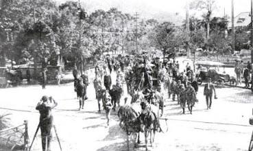 Photo: Cortejo fúnebre de Rui Barbosa, que faleceu em Petrópolis. Na imagem, o cortejo está passando em frente à Praça D. Pedro. Foto de 1923
