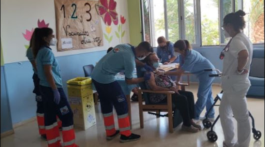 Los usuarios de la Residencia Virgen del Rosario reciben la tercera dosis