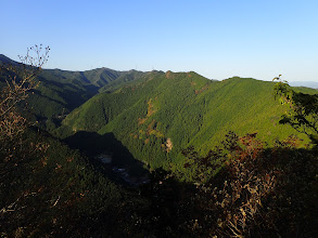 大谷山(中央)と青根ヶ岳(左)