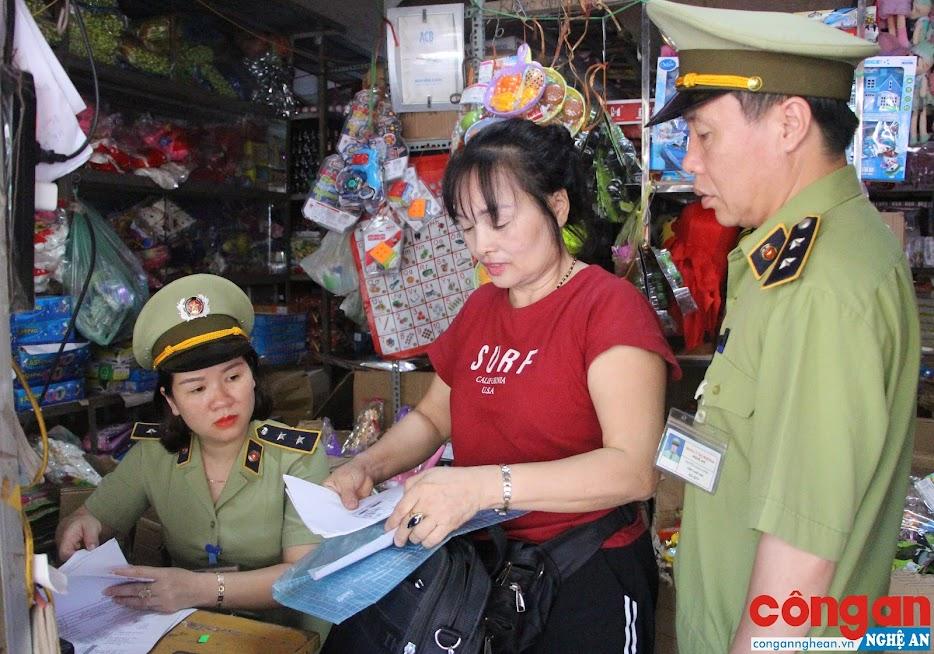 Lực lượng QLTT kiểm tra một số cơ sở kinh doanh đồ chơi tại chợ Vinh
