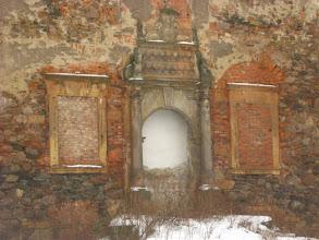 Photo: O zamierzchłych czasach świetności zabytku przypomina m. in. główny portal wejściowy z herbami dawnych właścicieli.