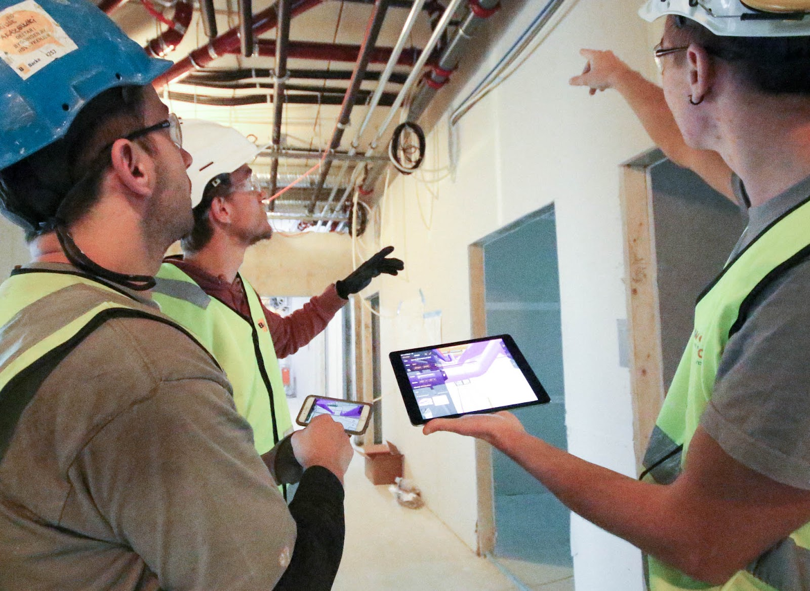 Menn på en byggeplass som bruker StreamBIM, BIM-programvare