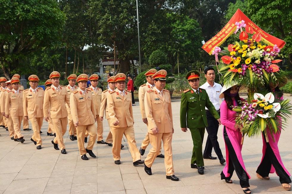 Dâng hoa tại Khu di tích Kim Liên