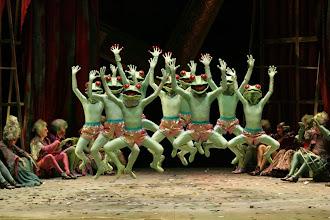 Photo: Froschballett (Ballett Schindowski), Opernchor des MiR als Gefolge Platées