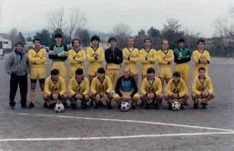 Photo: 1989-90 ΑΕΚ Α' Κατηγορία ΕΠΣ Κοζάνης. Ορθιοι: Θωμάς Μακεδόνας (προπονητής), Ηλίας Μπαγκατζούνης, Μιχάλης Πεχλιβανίδης, Ζήσης Σιδέρης, Κώστας Μαυροζούμης, Χάρης Βλάχος του Αχιλλέα, Βασίλης Γκαντάνης, Ρούλης Σιδέρης, Γιάννης Ιγνατίδης, Τάκης Γουγούλας, Κώστας Ζυμάρας. Καθιστοί:  Χρήστος Βαξεβάνος, Κώστας Γρίβας, Μάκης Μαλούτας, Στέργιος Φουρκιώτης, Πάνος Βλάχος, Μαργαρίτης Λουμπουτσκός, Γιάννης Μούτος.