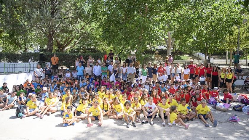 Foto de familia de los alumnos, monitores, padres y representantes institucionales en la jornada de clausura.