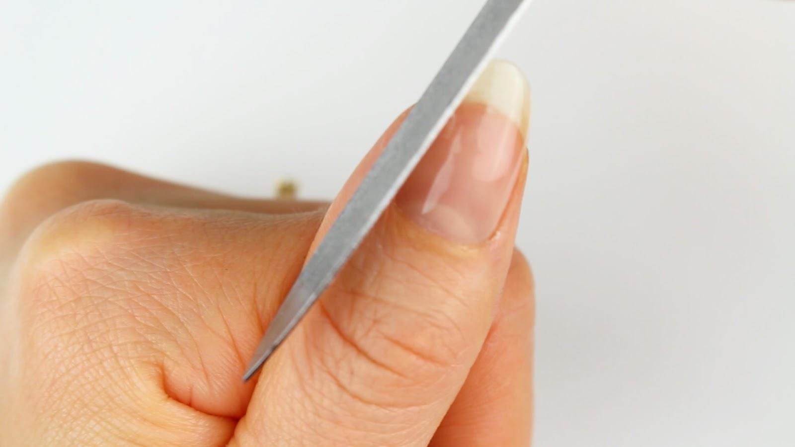 Eingerissenen Fingernagel feilen