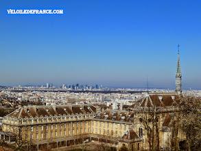 """Photo: La vue splendide sur tout Paris, depuis la butte du Village Saint Philippe à Meudon, avec au premier plan la bâtisse surnaturelle """"à la Harry Potter"""" du domaine- e-guide balade à vélo de Versailles à Meudon par veloiledefrance.com"""