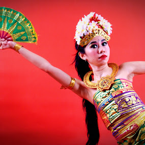 traditional dance of Bali Indonesia by Hilmi Photowork - People Professional People