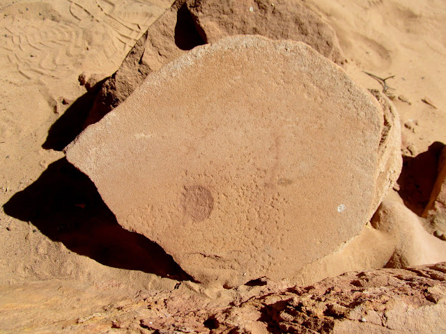 Metate with a circle of red pigment