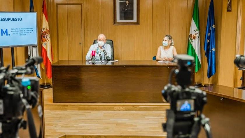 El alcalde y la concejal Rocío Sánchez, en la presentación del \'Plan Impulsa 1\'.