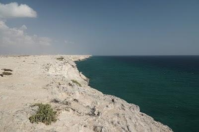 Steilküste südlich von Ras al-Jins