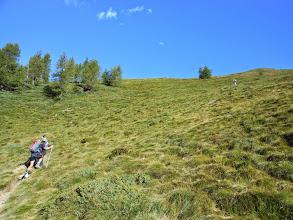 Photo: Saliamo a zig-zag sul sentiero tra prati.