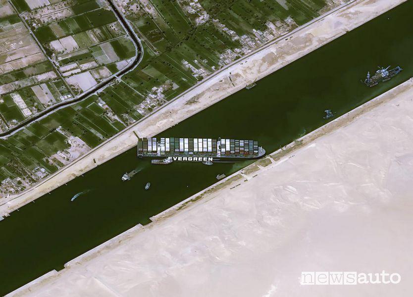 Canale di Suez, il punto dell'incidente visto dall'alto con la nave di traverso che blocca la circolazione