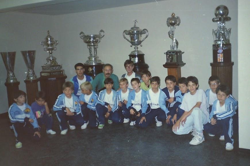 los niños del Zapillo en la sala de trofeos del Santiago Bernabéu.