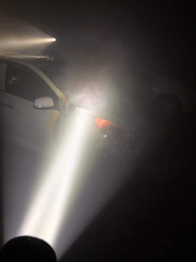 Chiếc xe chưa được dập tắt hoàn toàn, lực lượng chữa cháy tiếp tục chữa cháy và chống cháy lan