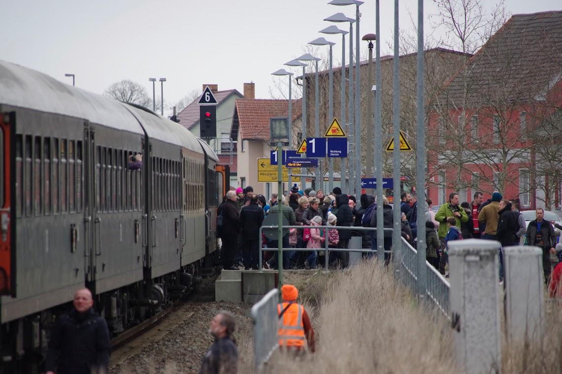 Die Fahrgäste müssen den Sonderzug in Tantow (Landkreis Uckermark) gezwungener Maßen verlassen. Foto: Andreas Schwarze (asc)