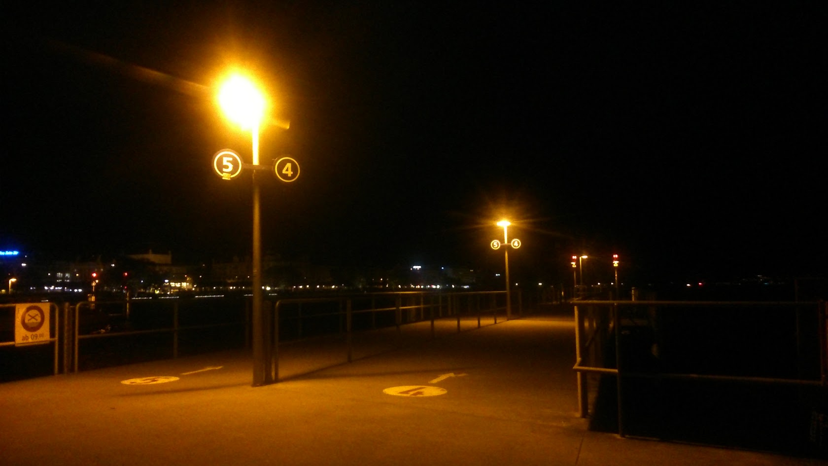 Ночной Пирс на набережной в Цюрихе.