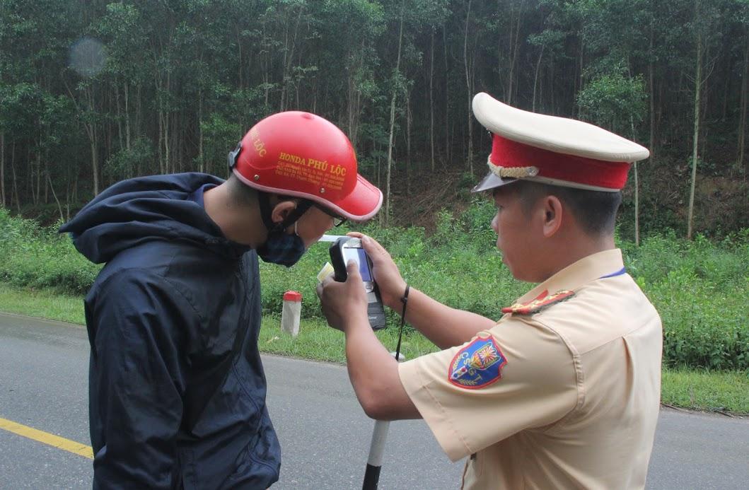 CSGT Công an Nghệ An tăng cường kiểm tra vi phạm về nồng độ cồn trên tất cả các tuyến đường