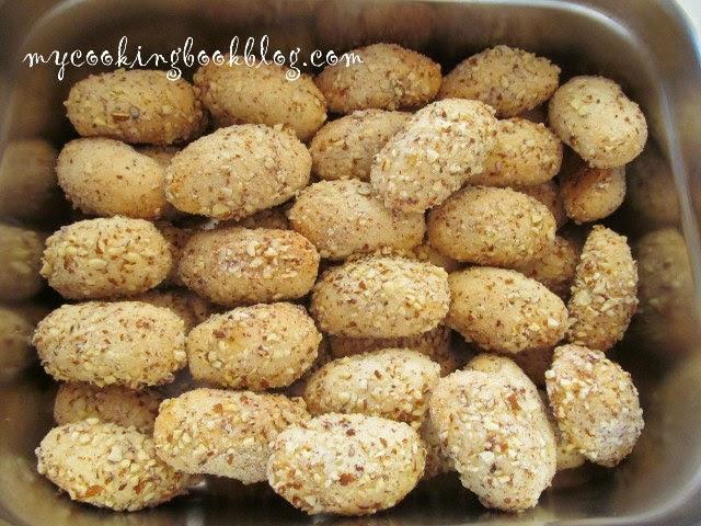 Финикя (Φοινίκια) или курабии с фурми и бадеми