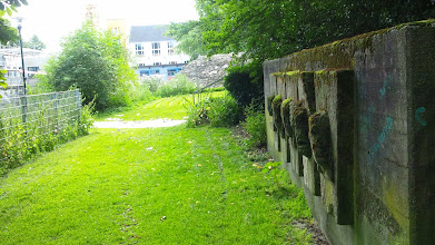 Photo: Blick auf einen Abschnitt der ehemaligen Volmet(h)albahn. Mit vergeblich ausblickenden ,Trainspottern'.