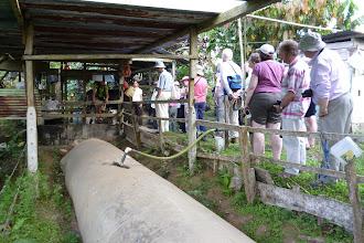 """Photo: Mit den Briten an der Biogasanlage mit der hier immer mehr """"campesinos"""" ihre Energie selbst herstellen."""