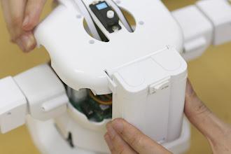 Photo: そのまま電池ボックスを胸パーツのカバーのスリットに引っ掛けます。