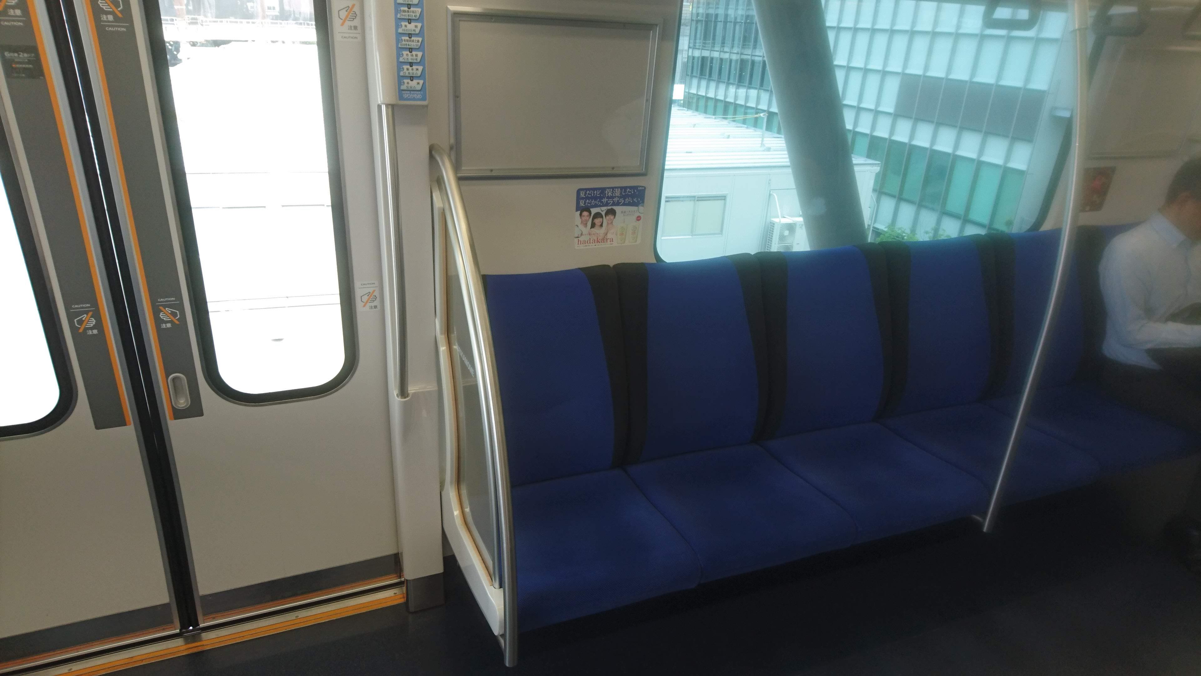 端から2番目の席が好きです。電車の窓の窪み、そのヘリに頭蓋をもたせ掛けるのだ。寸暇を惜しんで、1秒でも多く仮眠を摂っておくのだ。