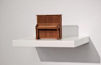 Photo: Sin título (Piano) 2014 Pianito de juguete de madera sobre estante con sonido, auriculares 12,5 x 26 x 20 cm
