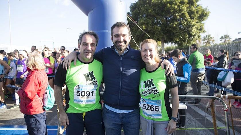 El concejal de deportes en la edición de la Media Maratón de 2017 con el alcalde de de Almería y su mujer.