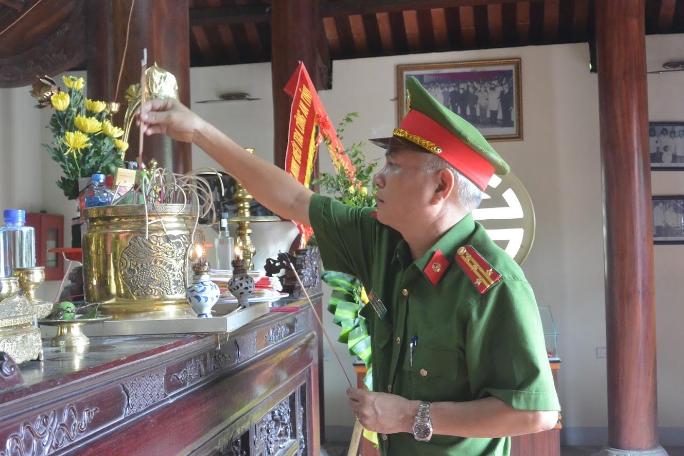 Đại tá Phạm Hoài Nam, Trưởng phòng Cảnh sát hình sự dâng nén hương lên anh linh Cố Bộ trưởng Bộ Công an